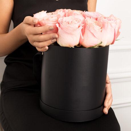 17 розовых роз в черной коробке