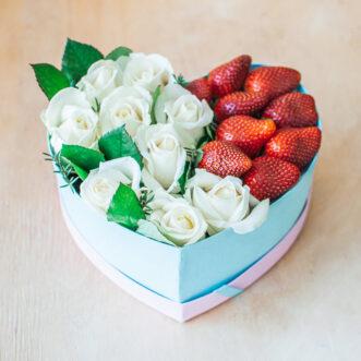 Белая роза и клубника в коробке