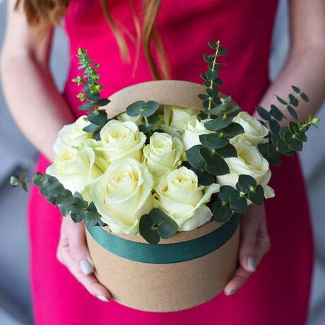 Белые розы и эвкалипт в шляпной коробке