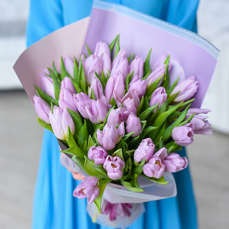 Букет из 35 фиолетовых тюльпанов