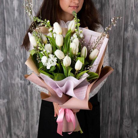 Букет из белых тюльпанов и маттиолы