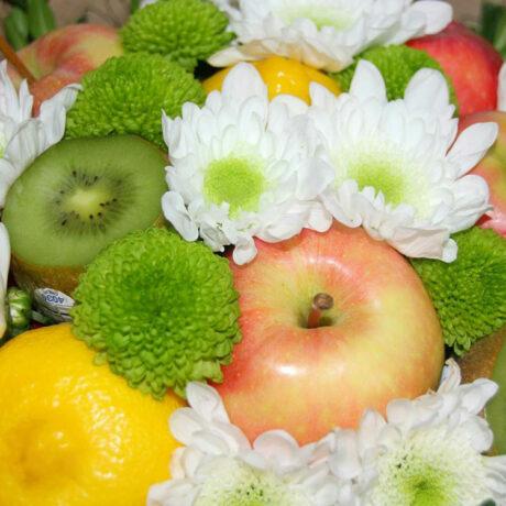 Букет из фруктов и кустовых хризантем