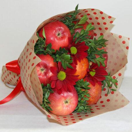 Букет из яблок и красных хризантем