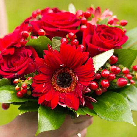 Букет невесты из красных роз и гербер