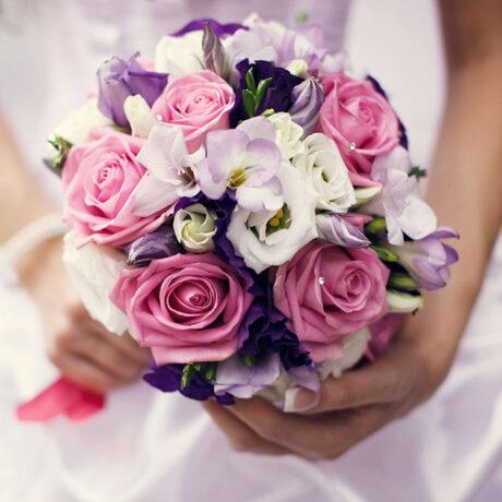 Букет невесты из розовых роз и эустом
