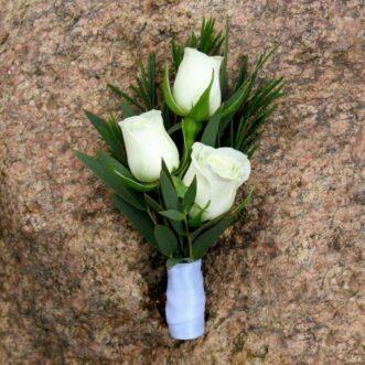 Бутоньерка из 3 белых роз
