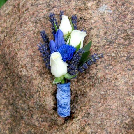 Бутоньерка из белых роз и лаванды