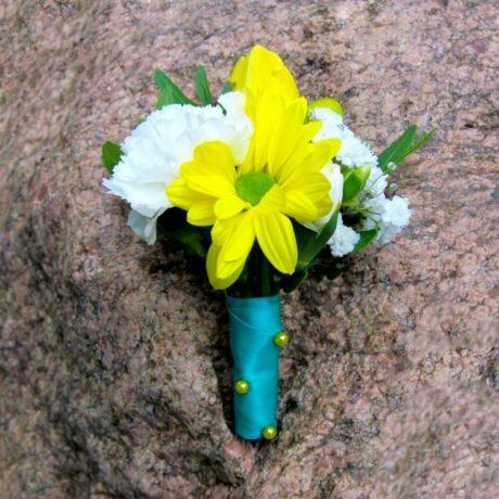 Бутоньерка из хризантем и гвоздики