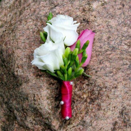 Бутоньерка из розовой розы и эустомы