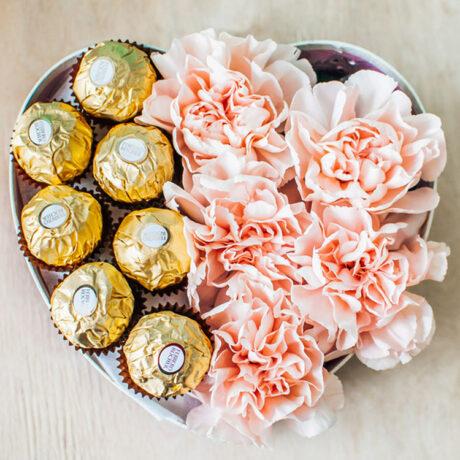 Гвоздика и конфеты в коробке