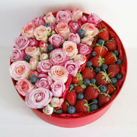 Клубника, черника и кустовые розы в коробке