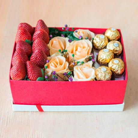 Клубника, розы и конфеты в коробке