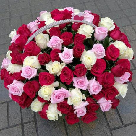 Корзина из 101 разноцветной розы
