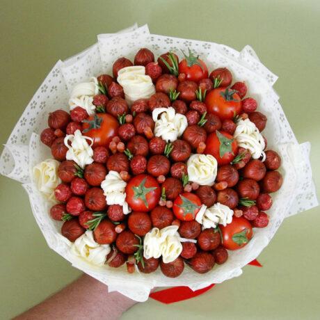 Мужской букет из сосисок и помидоров