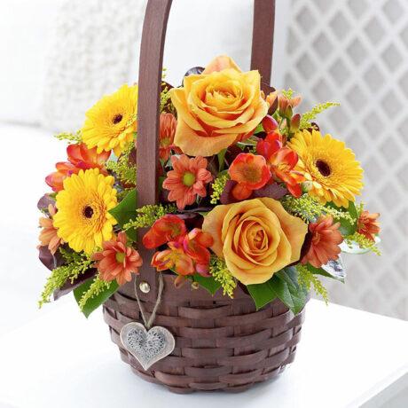 Оранжевые розы и герберы в корзине