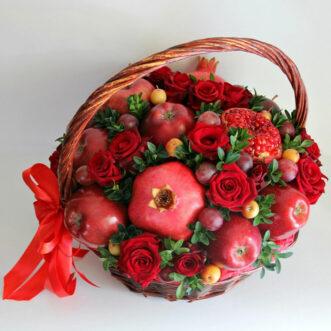 Яблоки и гранаты в корзине