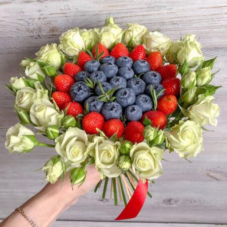 Букет из черники, клубники и кустовых роз