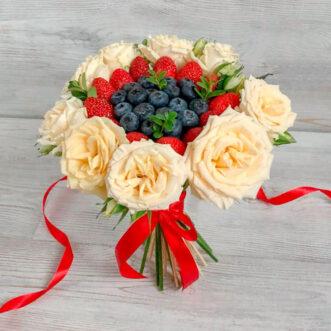 Букет из черники, клубники и роз