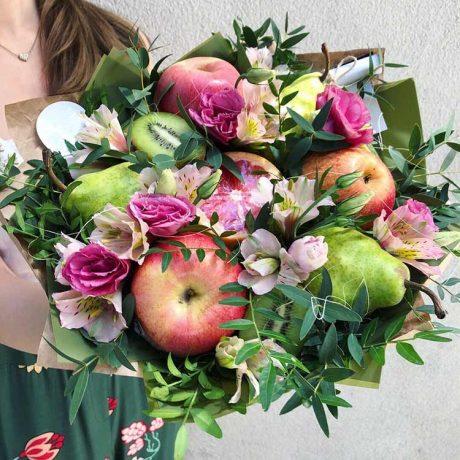 Букет из фруктов, альстромерий и эустом