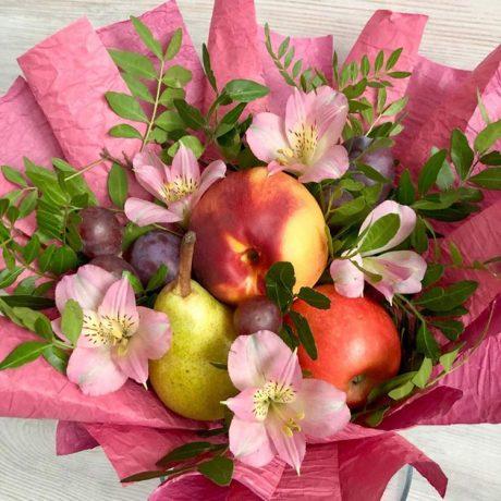 Букет из фруктов и альстромерий (вблизи)
