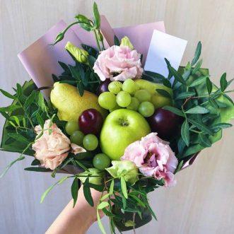Букет из фруктов и розовых эустом