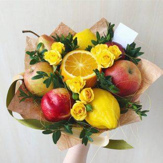 Букет из фруктов и желтых кустовых роз
