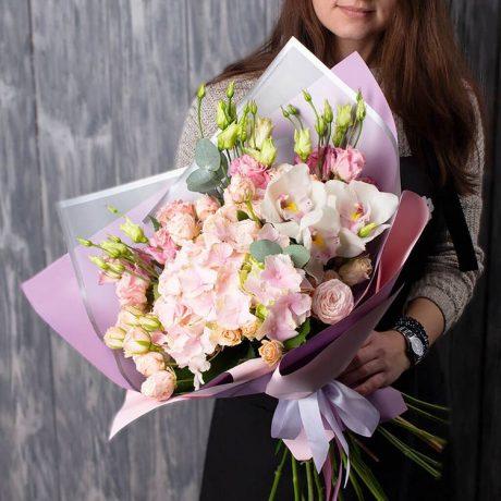 Букет из гортензии, кустовых роз и орхидей