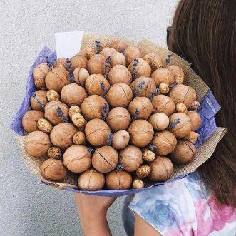 Букет из грецких орехов и арахиса