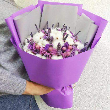 Букет из хлопка и фиолетовой статицы