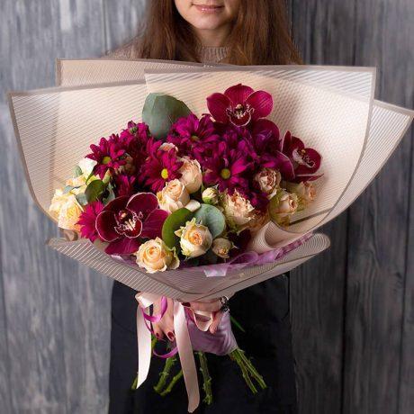 Букет из хризантем, кустовых роз и орхидей