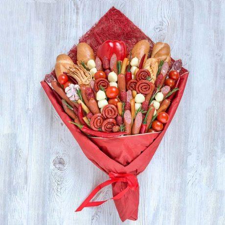 Букет из колбасы и овощей в красной упаковке