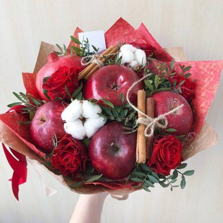 Букет из красных яблок, граната и роз