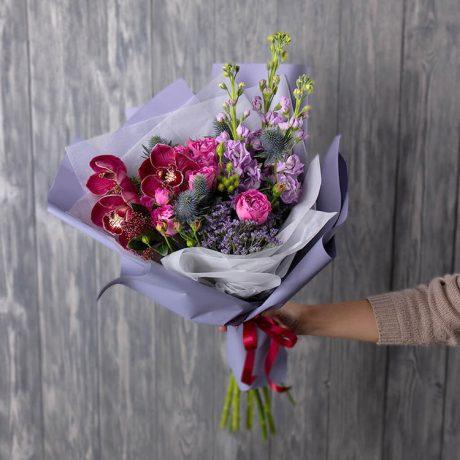 Букет из орхидей, маттиолы и эрингиума