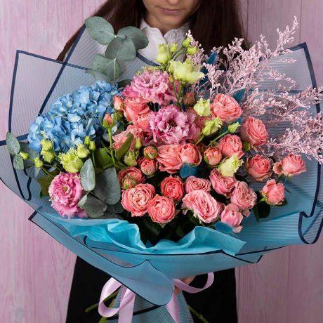 Букет из пионовидных кустовых роз и гортензии