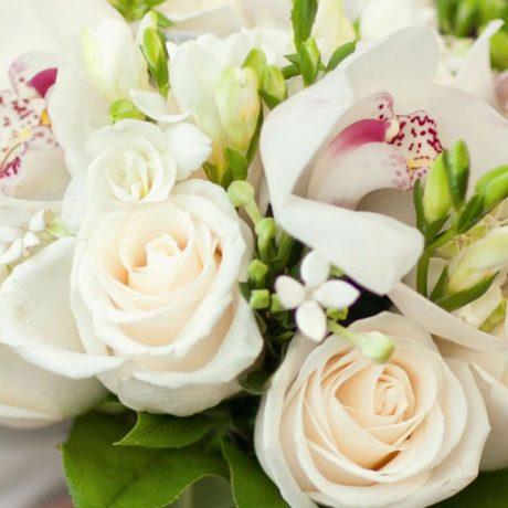 Букет невесты из белых роз и орхидей (вблизи)