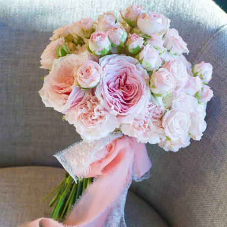 Букет невесты из пионовидных роз и диантуса
