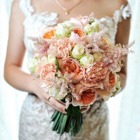 Букет невесты из пионовидных роз и гвоздики