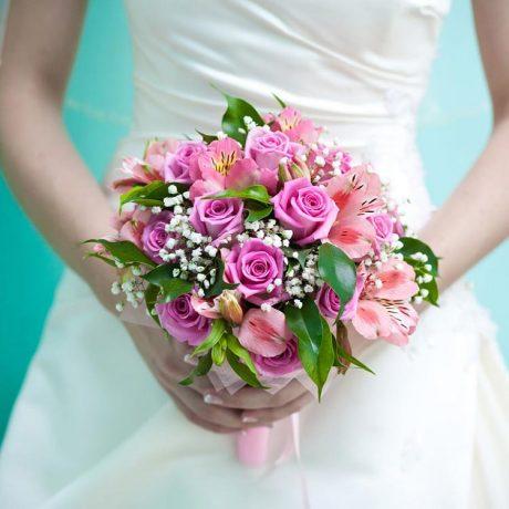 Букет невесты из роз и альстромерии