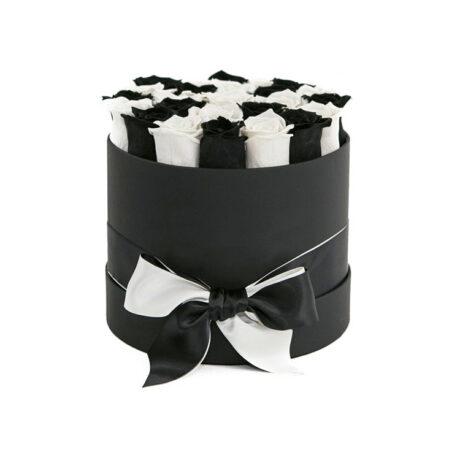 Черные и белые розы в шляпной коробке