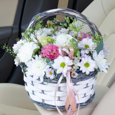 Корзина с хризантемой и эустомой