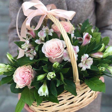Корзина с розовыми розами и альстромериями