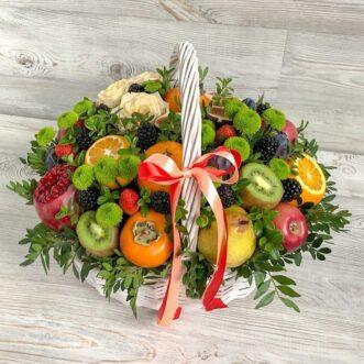 Кустовые хризантемы и фрукты в корзине