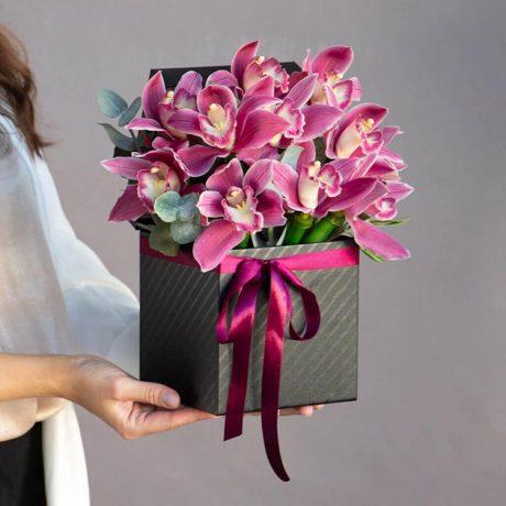 11 розовых орхидей в коробке