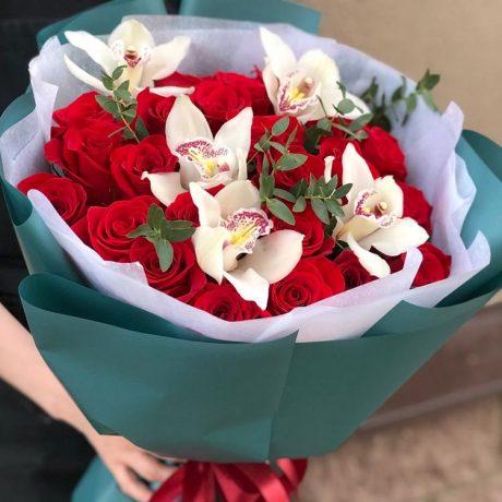 Букет из 25 красных роз и орхидей
