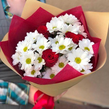 Букет из 3 красных роз и хризантем