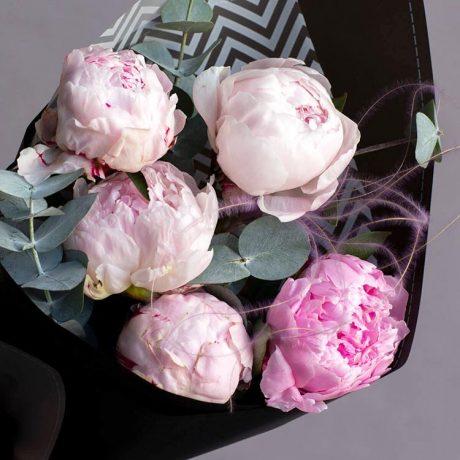 Букет из 5 розовых пионов и эвкалипта (вид вблизи)