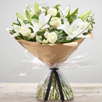 Букет из белых лилий и роз