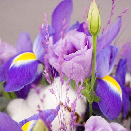 Букет из ирисов и фиолетовых эустом (вид вблизи)
