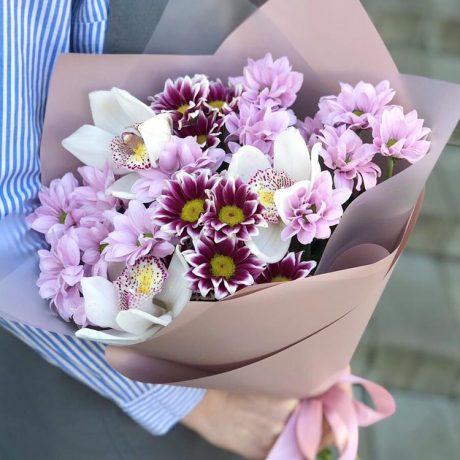 Букет из кустовых хризантем и 3 орхидей