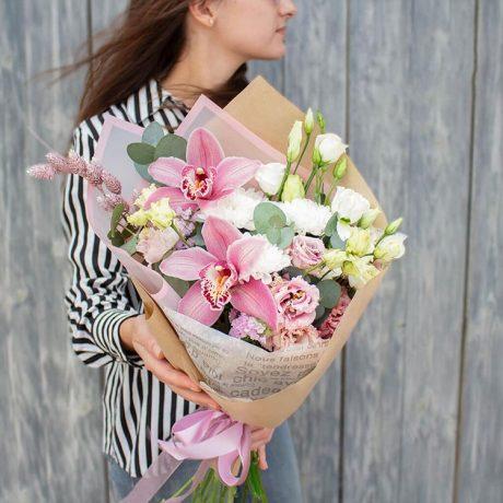 Букет из орхидей и эустом